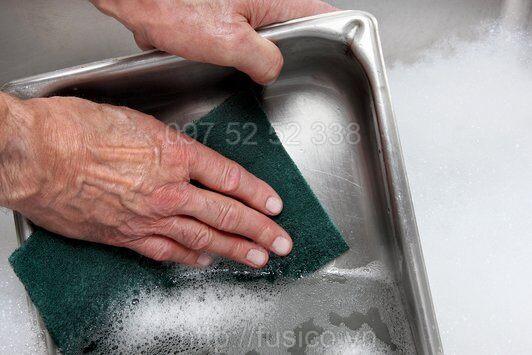 Sử dụng miếng chùi 3M 96 vệ sinh inox